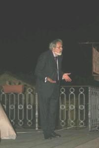 Alessandro Pultrone parla nella Piazza davanti al Comune di Monterosso al pubblico intervenuto per il convegno
